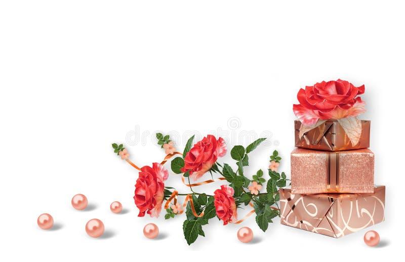 Mehrfache valuesHoliday Karte mit Geschenkboxen, Perlen und Blumenstrauß von schönen roten Rosen auf weißem lokalisiertem Hinterg stockbild
