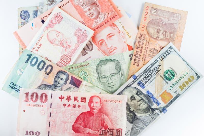 Mehrfache Währungsbanknoten als bunter Hintergrund stockfotografie