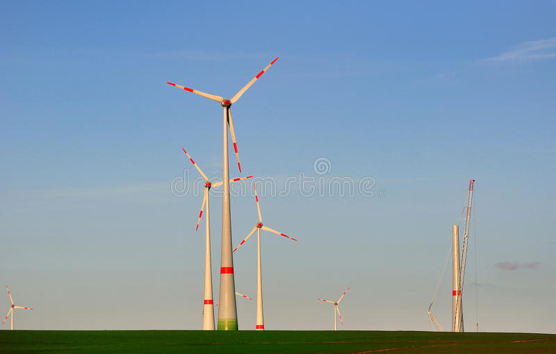 Mehrfache Windgeneratoren. lizenzfreie stockbilder