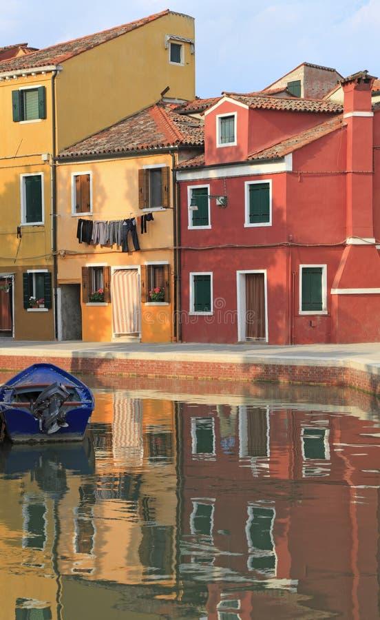 Mehrfarbenhausreflexionen Burano auf Kanal, Venedig-Bereich stockfotos