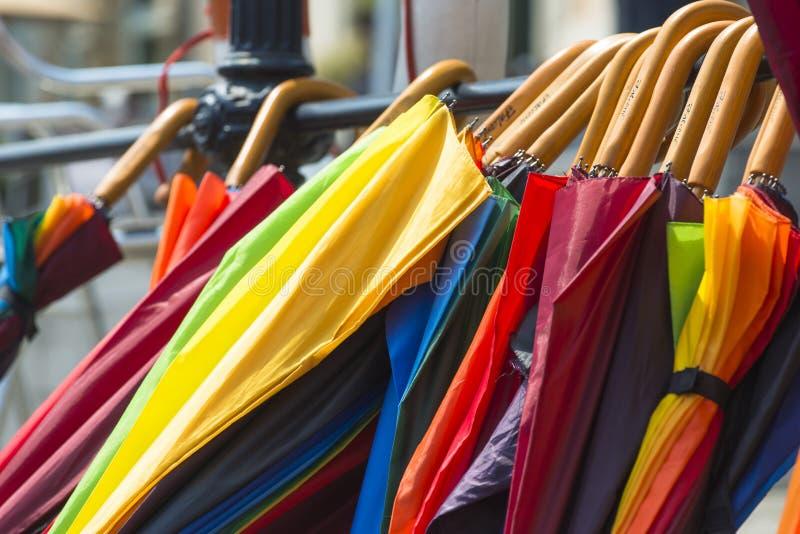 Mehrfarbenregenschirme verwendeten, um sich vor Sonne und Regen zu schützen lizenzfreie stockfotos