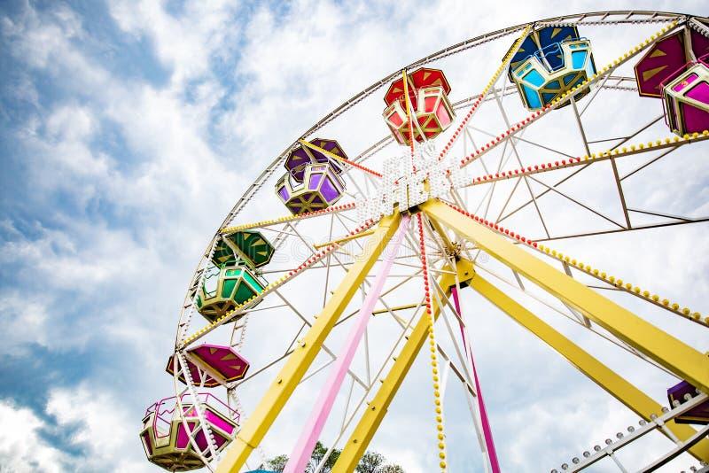 Mehrfarbenriesenrad auf Hintergrund des blauen Himmels stockfotografie