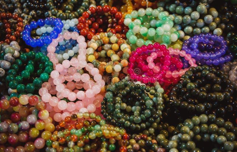 Mehrfarbige Armbänder von glänzenden runden Steinen Chiang Mai-Nachtmarkt thailand lizenzfreie stockfotografie