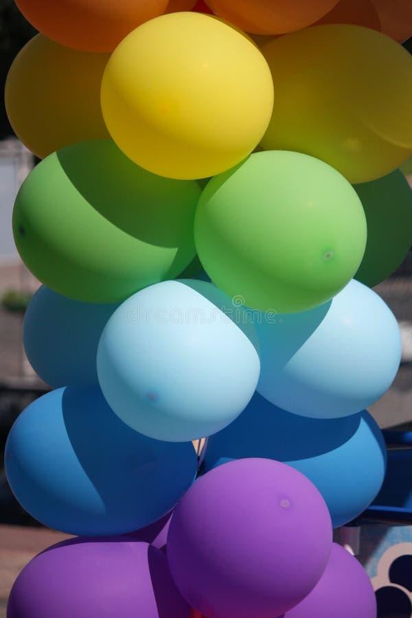 Mehrfarbige aufblasbare Bälle auf der Straßennahaufnahme lizenzfreies stockbild