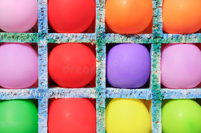 Mehrfarbige aufblasbare Bälle in den Zellen Schießen auf den Bällen lizenzfreies stockbild
