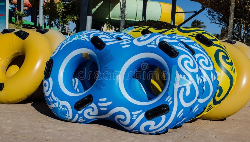Mehrfarbige aufblasbare Räder für Hochgeschwindigkeitsabfall in lizenzfreie stockfotos
