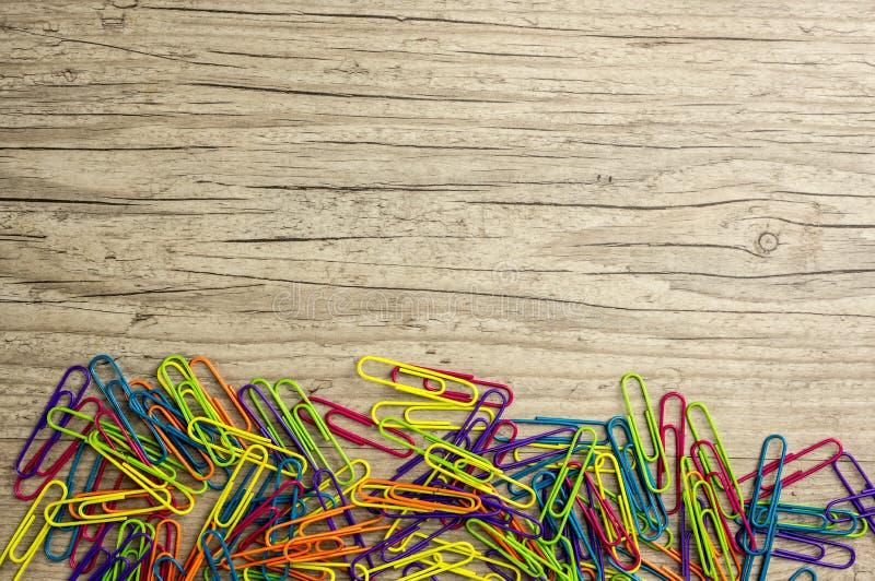 Mehrfarbige Büroklammern stockfotografie