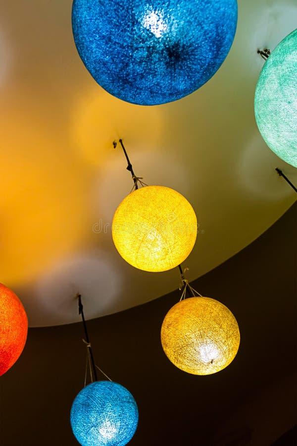 Mehrfarbige blaue gelbe Bälle des vertikalen Hintergrundhintergrund-bunten Papierlaternen-Leuchters in Richtung zu stockbilder