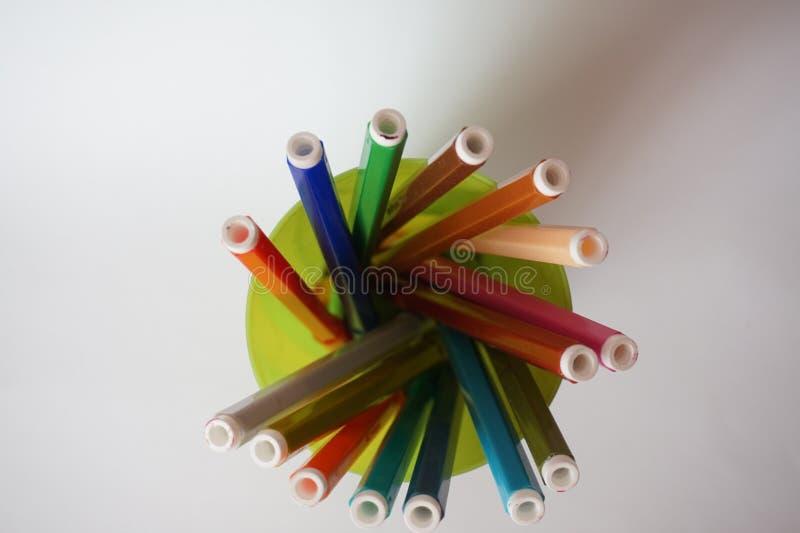 Mehrfarbige Filzstifte im Glas für das Zeichnen lizenzfreie stockfotografie