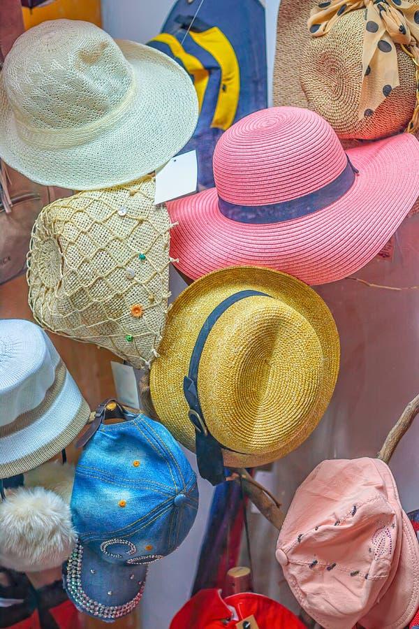 Mehrfarbige Frauen ` s Hüte im Shopfenster lizenzfreies stockbild