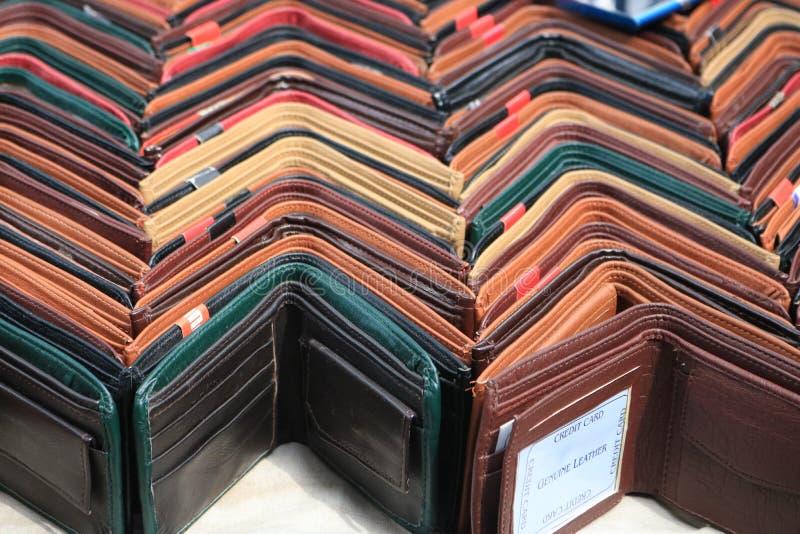 Mehrfarbige Geldbörsen verschiedene Entwürfe zusammen gruppiert in den Reihen stockbild