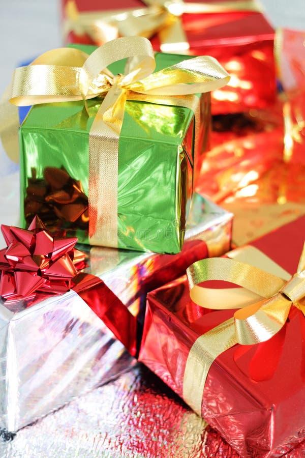 Mehrfarbige Geschenkkästen stockbild