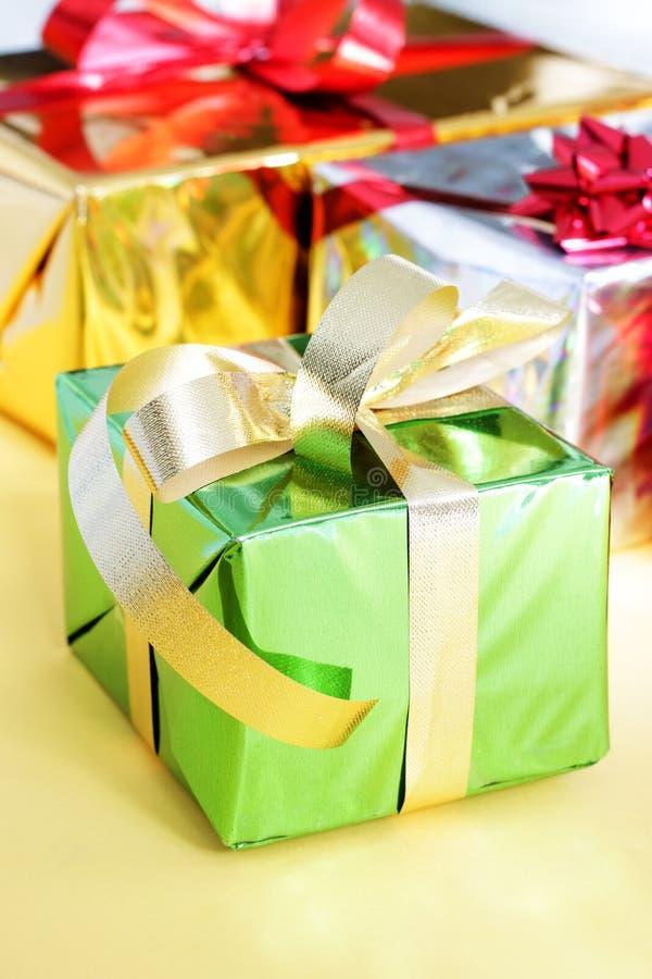 Mehrfarbige Geschenkkästen stockfotos