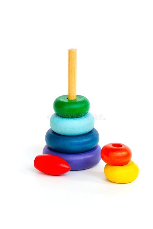 Mehrfarbige hölzerne Spielzeugpyramide der Kinder lokalisiert auf Weißrückseite lizenzfreies stockfoto