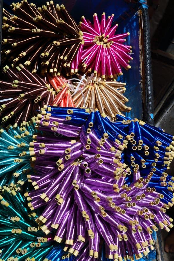 Mehrfarbige Hintergrundnahaufnahme der Seidenfäden lizenzfreies stockfoto