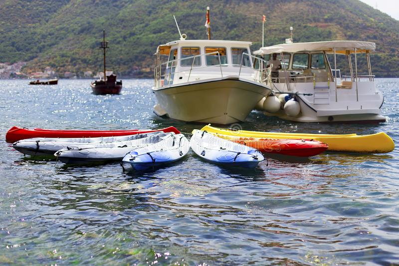 Mehrfarbige Kajaks, Yachten, im adriatischen Meer lizenzfreie stockbilder