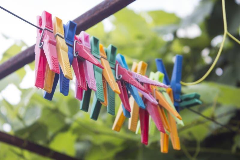 Mehrfarbige Kleiderhaken lizenzfreie stockfotografie