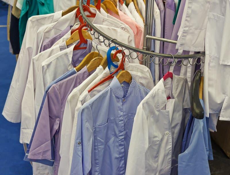 Mehrfarbige Kleidung, die in der Garderobe von Gesundheitsfürsorgern hängt stockfoto