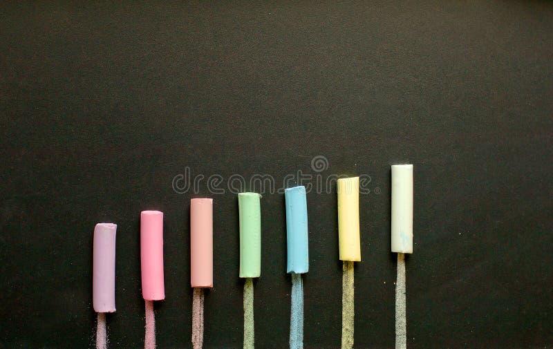 Mehrfarbige Kreide auf Schiefer stockbilder
