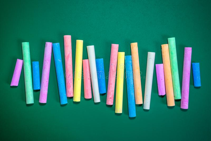 Mehrfarbige Kreiden auf einer grünen Tafel lizenzfreies stockfoto