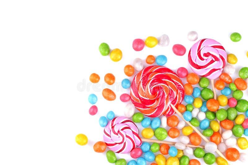 Mehrfarbige Lutscher und runde Süßigkeiten auf einem weißen Hintergrund stockbild