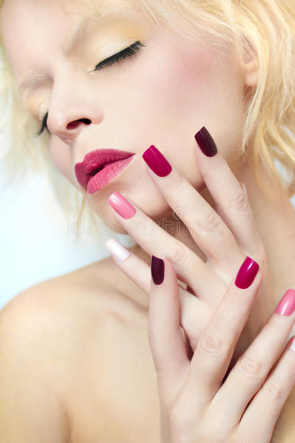 Mehrfarbige Maniküre und Make-up Burgunders lizenzfreie stockfotos