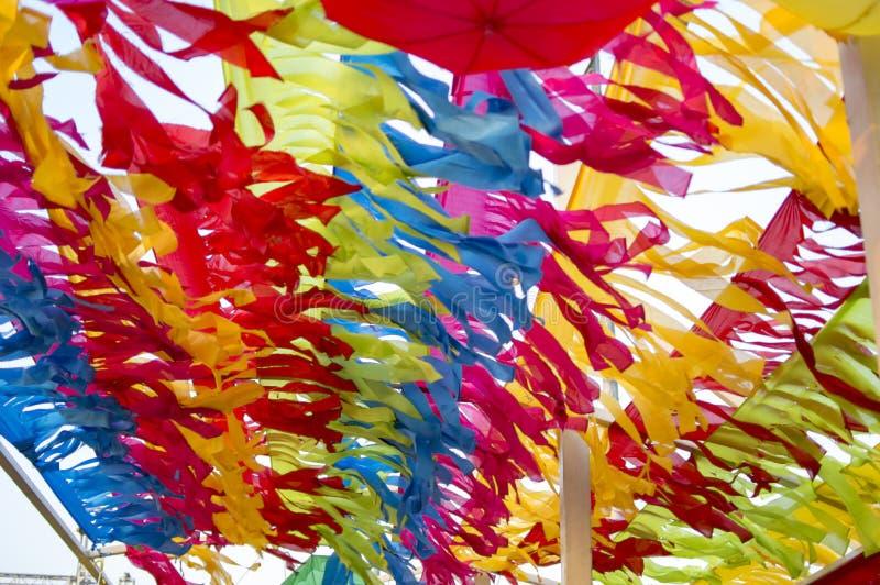 Mehrfarbige Papiere, die Himmel verzieren lizenzfreie stockfotografie