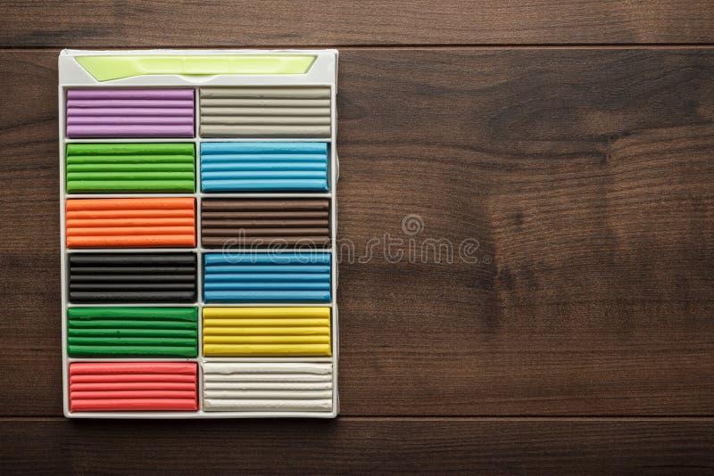 Mehrfarbige Plasticinestangen auf dem Tisch lizenzfreies stockbild