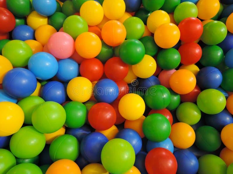 Mehrfarbige Plastikbälle für trockenes Pool, Draufsicht lizenzfreies stockfoto