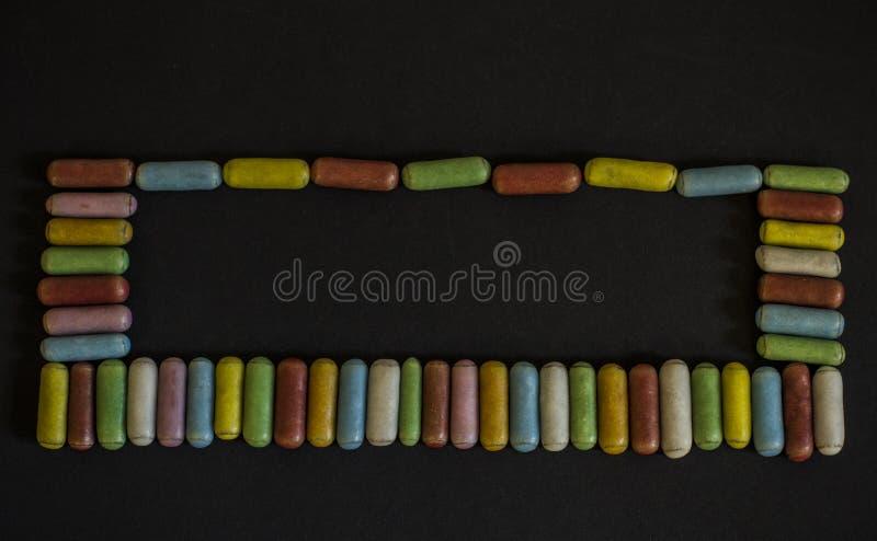 Mehrfarbige Süßholzsüßigkeit beim Bereifen lizenzfreie stockfotografie