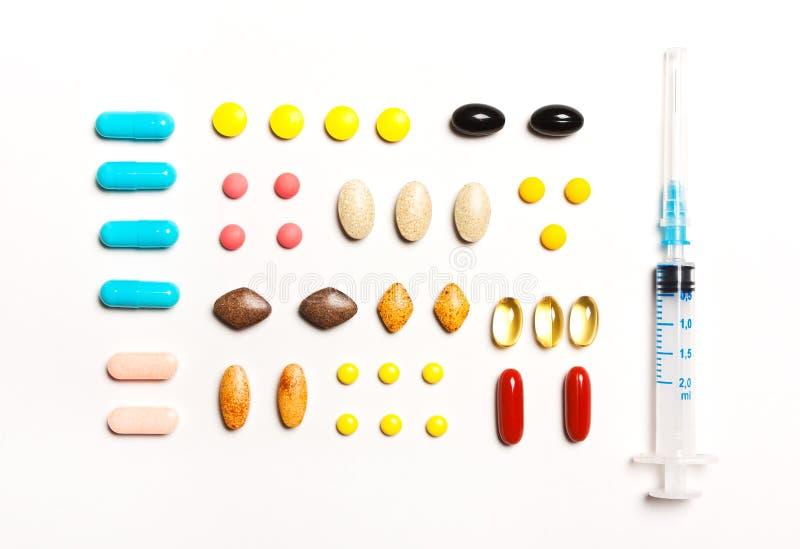 Mehrfarbige Tabletten und Stichel, Vitamine, diätetische Ergänzungen lizenzfreie stockbilder