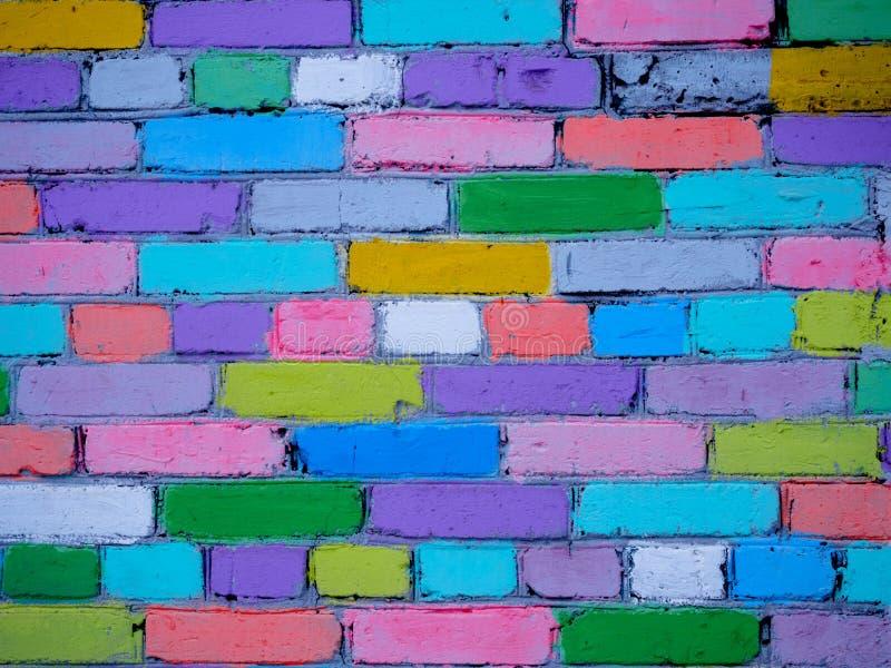 Mehrfarbige Wand von den Ziegelsteinen gemalt von den Kindern stockfoto