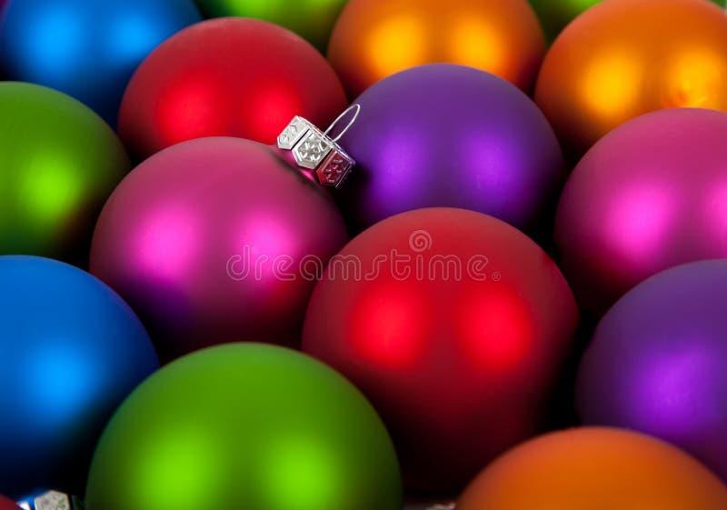 Mehrfarbige Weihnachtsverzierung/-flitter stockfoto