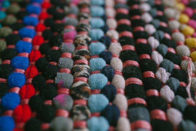 Mehrfarbige Wolldeckenbeschaffenheit und -hintergrund für Entwurf Schließen Sie oben vom bunten abstrakten Teppich lizenzfreie stockfotos