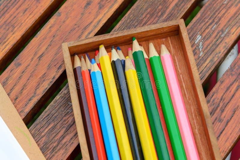 Mehrfarbige Zeichenstifte in der Holzkiste stockfoto
