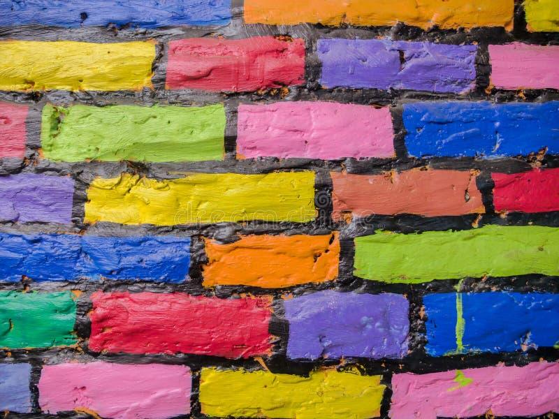 Mehrfarbige Ziegelsteine auf der Wand stockfotos