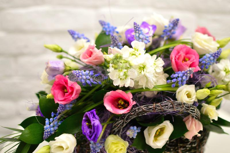 Mehrfarbiger Blumenstrauß von Blumen in einem ursprünglichen Kasten lizenzfreies stockfoto