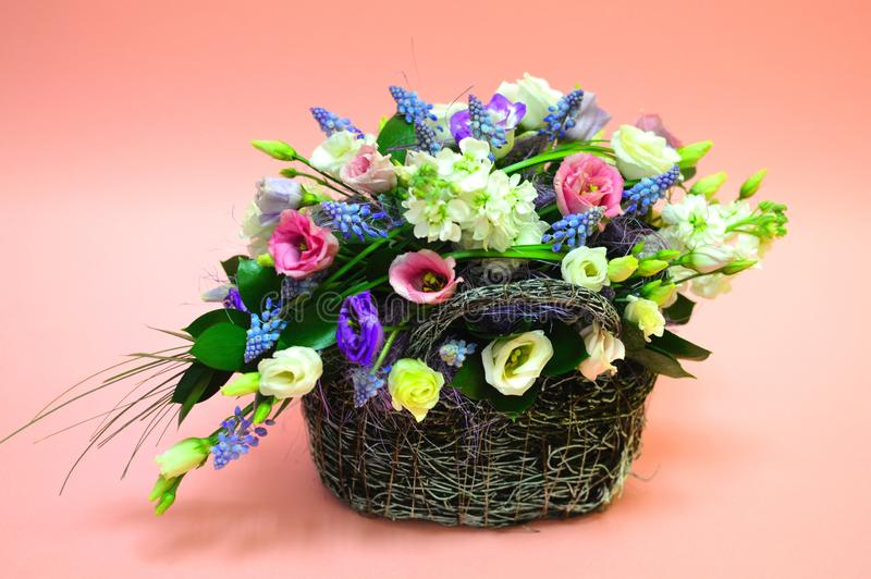Mehrfarbiger Blumenstrauß von Blumen im Korb lizenzfreies stockbild