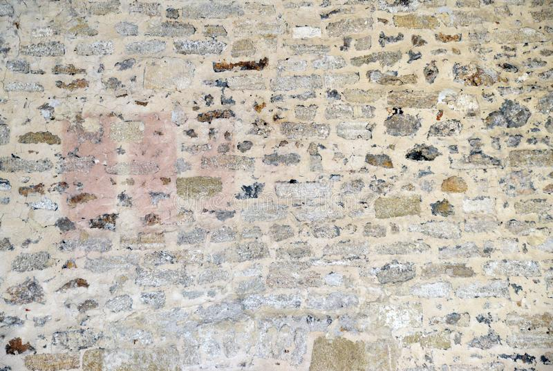 Mehrfarbiger herausgestellter Steinwandhintergrund lizenzfreie stockfotografie