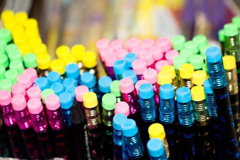 Mehrfarbiger Radiergummi auf Bleistiften lizenzfreie stockfotografie