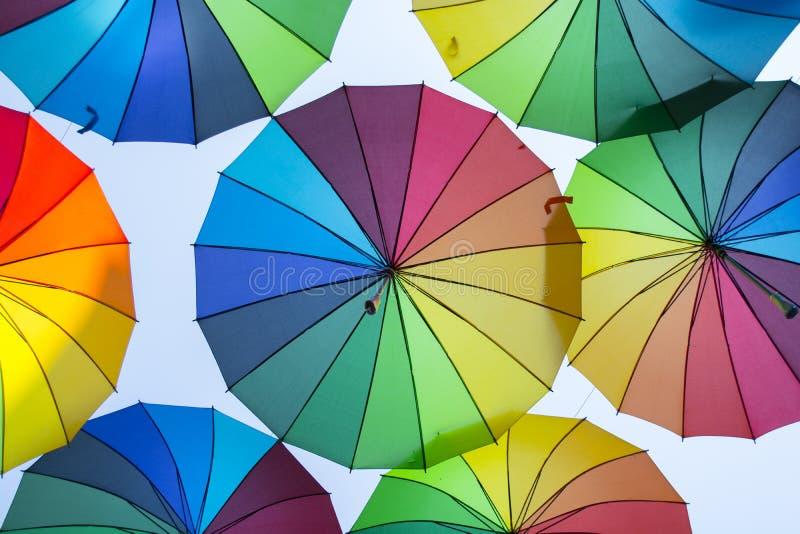 Mehrfarbiger Regenschirmhintergrund Bunte Regenschirme, die über die Straße schwimmen Straßendekoration lizenzfreies stockfoto
