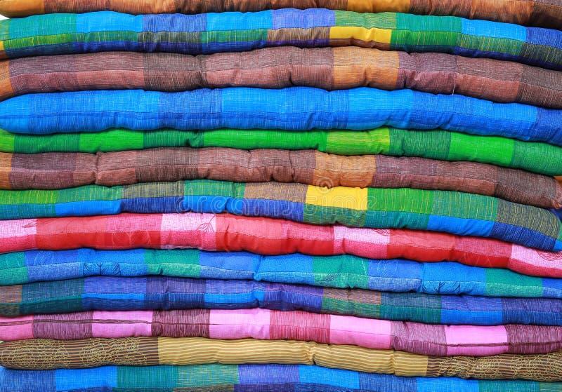 Mehrfarbiger Stapel Sitzkissen stockfotos