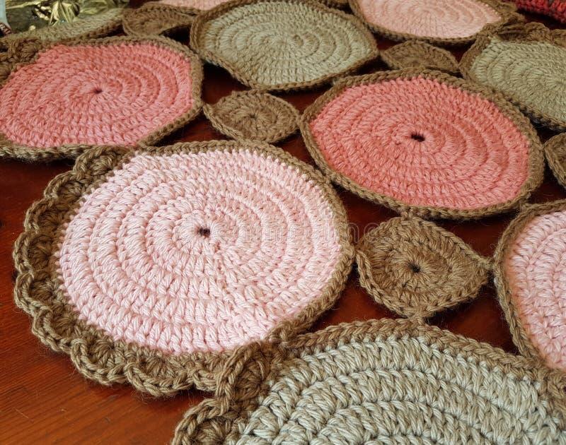 Mehrfarbiger umfassender Knit, zum warm zu bleiben stockfotos