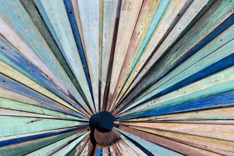 Mehrfarbiges Grunholzpaneel als radialer Hintergrund lizenzfreie stockfotografie