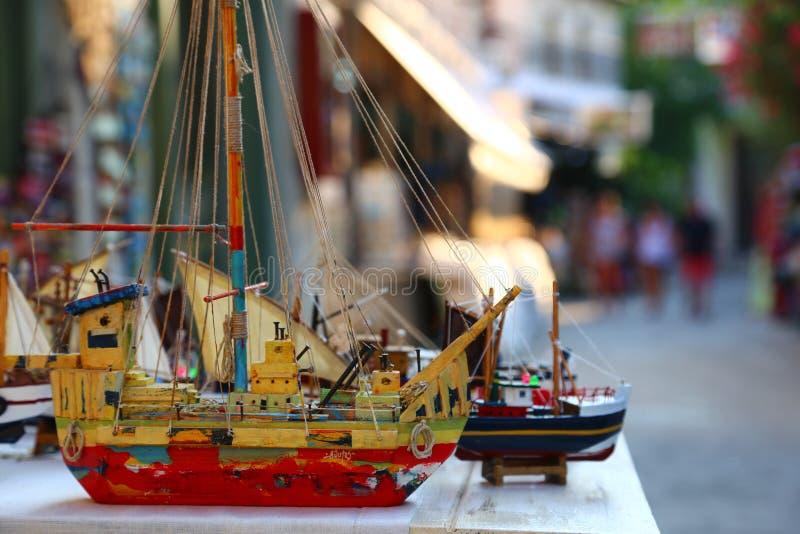 Mehrfarbiges hölzernes Modell des Schiffs auf dem kleinen Dorf von Halkidiki lizenzfreie stockbilder
