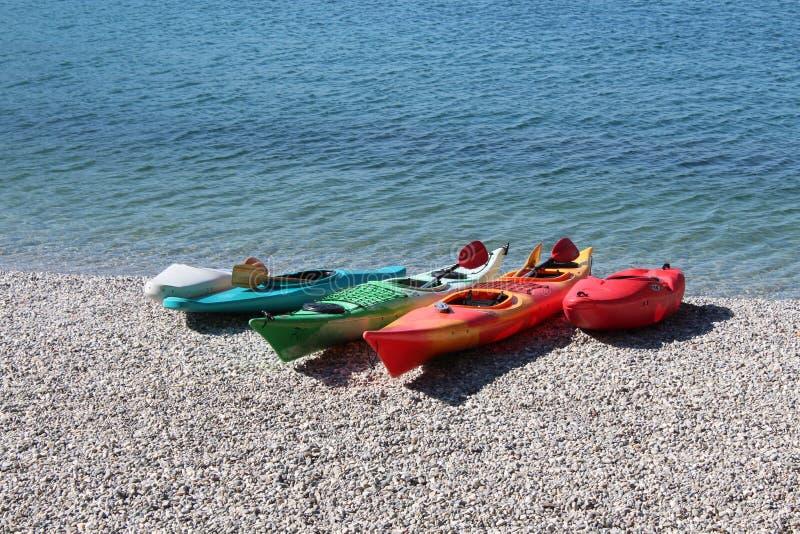 Mehrfarbiges Kanu auf dem Seeufer lizenzfreies stockfoto