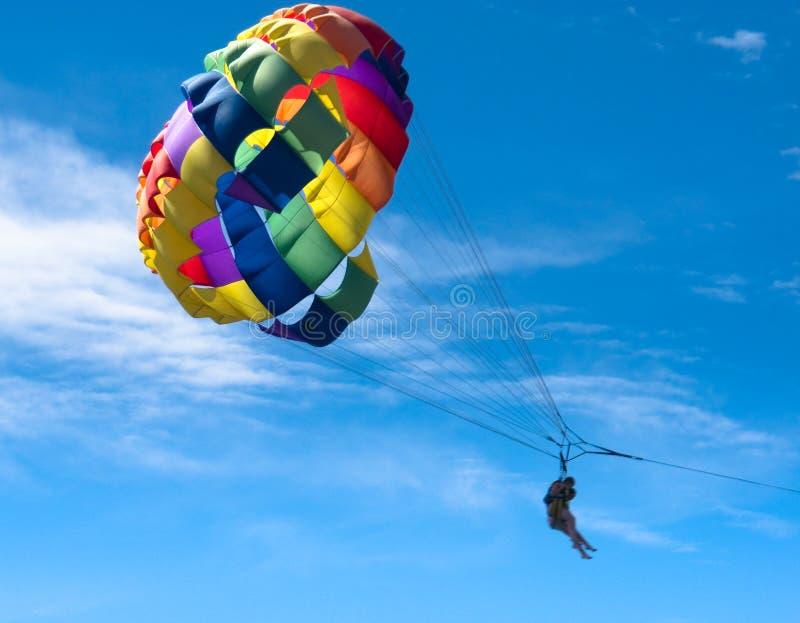 Mehrfarbiges Parasail im Flug lizenzfreies stockbild