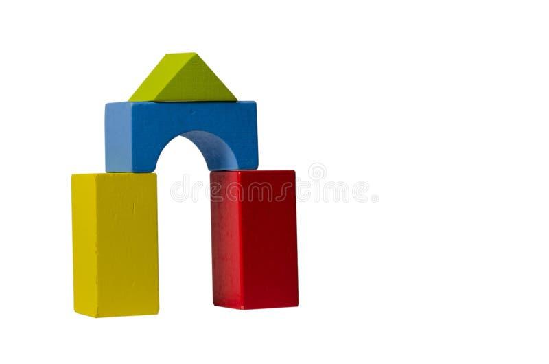 Mehrfarbiges Tor von den hölzernen Spielzeugwürfeln auf einem weißen Hintergrund 1 lizenzfreie stockbilder