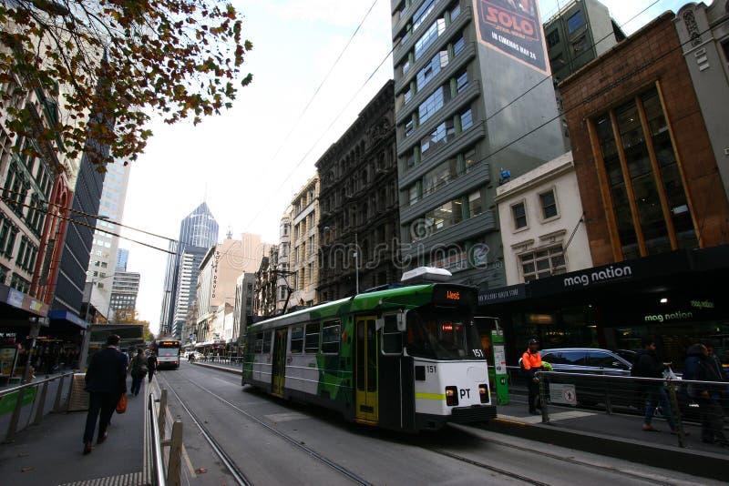 Mehrstöckiges klassisches und historisches Stadtbild und moderne allgemeine Straßenbahn in Melbourne CBD, Victoria, Australien lizenzfreies stockfoto