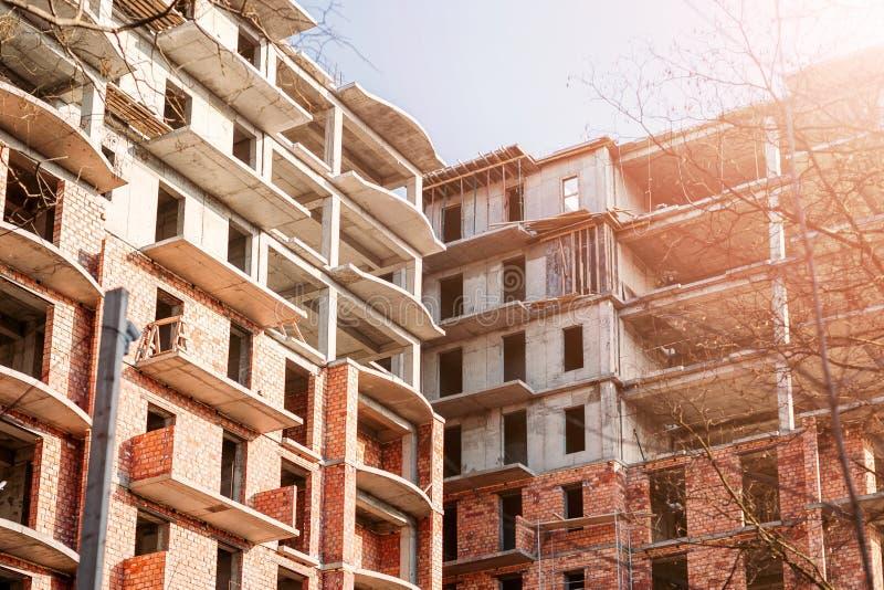 Mehrstöckiger Backsteinbau im Bau am sonnigen Sommertag stockfotos